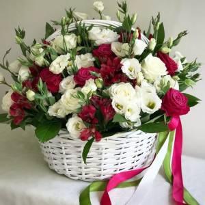 Корзина с эустомой и розами R1210