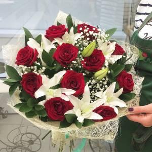 Сборный букет лилии с красными розами и гипсофилой R1515