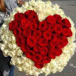 Большое сердце из красных и белых роз R112