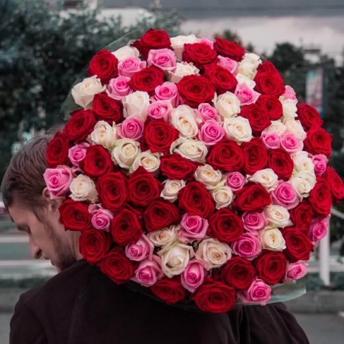 101 разноцветная роза с упаковкой R883