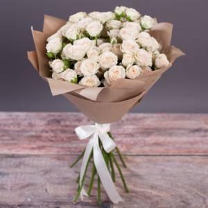 Букет 9 веток кустовой розы в крафте R548