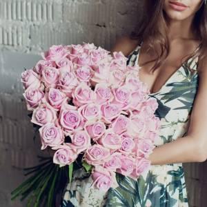 Букет 45 крупных розовых роз с лентами R601